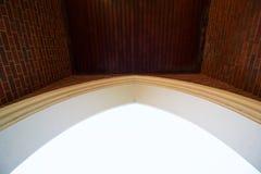 Architecturale boogachtergrond met bakstenen aan kant en hout die overheadkosten met panelen bekleden - beeld royalty-vrije stock foto's