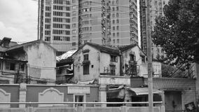 Architecturale contrasten in Shanghai, China royalty-vrije stock afbeelding