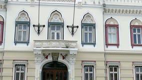 Architecturale decoratie Voorgevel van Servische Vicariate in Timisoara 4 K stock video