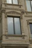 Architecturale details en decoratie van de uitstekende voorgevel fram Stock Afbeeldingen