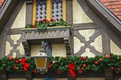 Architecturale details met Kerstmisdecoratie stock foto's