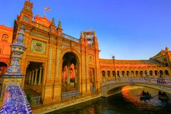 Architecturale details van de gebouwen en brdges van Plaza DE Espana in Sevilla, Spanje, met toeristen stock foto