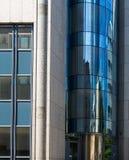 Architecturale details van een bedrijfsgebouw in het financiële district van Frankfurt, Kiem Stock Afbeelding