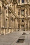 Architecturale details van het Louvre Stock Afbeeldingen