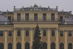 Architecturale dichte omhooggaand van de voorgevel van Schonbrunn-Paleis in Wenen Stock Foto
