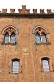 Architecturale en wapenkundedetails op kasteel Estense, Stad van Ferrara, Italië Royalty-vrije Stock Afbeeldingen