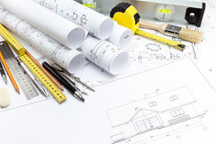Architecturale huisplannen en het werkhulpmiddelen royalty-vrije stock foto's