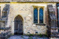 Architecturale stijl bij oude Engelse kerk Stock Fotografie