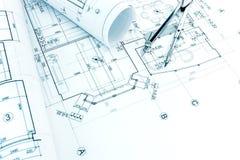 Architecturale tekening met broodjes van blauwdrukken en tekeningscompa Stock Foto's