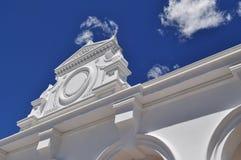 Architecturale witte geveltop Stock Afbeeldingen