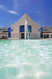 Architecture étonnante de la construction moderne à côté de l'étang avec la fontaine images libres de droits