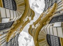 Architecture abstraite, bâtiment néoclassique avec les grandes courbes o photos stock