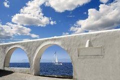 Architecture blanche d'archs de vue de la mer Méditerranée Image stock