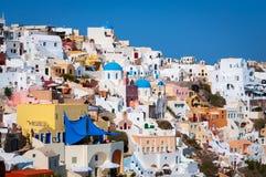 Architecture blanche traditionnelle sur des falaises d'île de Santorini, Grèce photos libres de droits