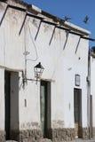 Architecture coloniale dans Cachi, ciel bleu et oiseaux l'argentine Photographie stock