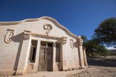 Architecture coloniale dans Cachi, ciel bleu l'argentine Image stock