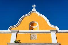 Architecture coloniale jaune Photo stock