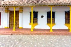 Architecture coloniale jaune et blanche Photos stock