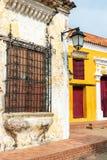 Architecture coloniale jaune, rouge, et blanche Photographie stock libre de droits