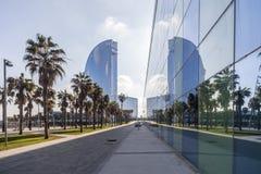 Architecture contemporaine, hôtel W ou voiles d'hôtel, par Ricard Bofill Bâtiment en verre de réflexion, plage de Barceloneta, Ba Photographie stock libre de droits