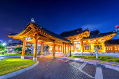 Architecture coréenne traditionnelle de style la nuit en Corée Images stock