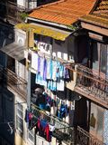 Architecture dans la vieille ville de Porto au Portugal Dryin de blanchisserie photographie stock libre de droits