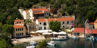 Architecture de bâtiments historiques d'été de mer de Vathy Grèce Photos stock