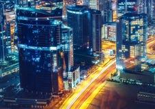 Architecture de baie d'affaires par nuit avec les bâtiments lumineux, Dubaï, Emirats Arabes Unis Photographie stock