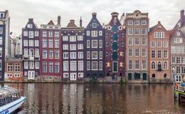 Architecture de construction inclinée à Amsterdam Photographie stock libre de droits