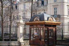 Architecture de Lviv avec le kiosque de presse d'otdoor Images stock
