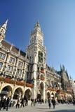 Architecture de Munich. Hôtel de ville neuf dans Marienplatz Photo stock