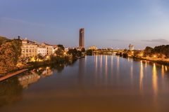 Architecture de Séville le long de rivière du Guadalquivir Image stock