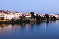 Architecture de Séville le long de rivière du Guadalquivir Photos libres de droits