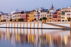 Architecture de Séville le long de rivière du Guadalquivir Photographie stock libre de droits