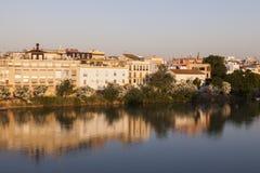 Architecture de Séville le long de rivière du Guadalquivir Photo libre de droits