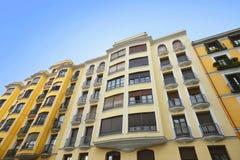 Architecture de vintage de l'immeuble avec les fenêtres et le balc Images libres de droits