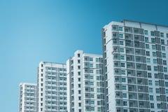 Architecture des bâtiments résidentiels de rangée avec le ciel bleu à l'arrière-plan Image stock
