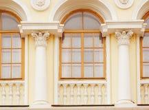 Architecture du bâtiment historique avec des voûtes et des colonnes de Windows Photo stock