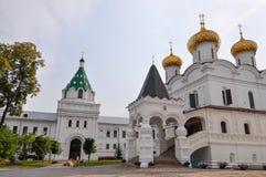 Architecture du monastère d'Ipatievsky de trinité sainte Ici le premier tsar de la dynastie de Romanov Boucle d'or de la Russie Images libres de droits
