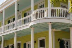 Architecture du sud classique des Etats-Unis avec le grand balcon Photographie stock libre de droits