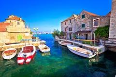 Architecture en pierre historique dans le bord de mer de Kastel Gomilica Photos stock