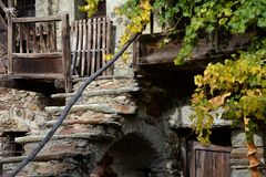 Architecture en pierre traditionnelle dans les Alpes italiens en automne Photo stock