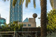 Architecture et art-objets au port olympique Situé à l'est du port de Barcelone Photographie stock libre de droits
