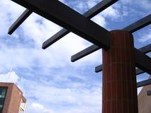 Architecture et construction de bâtiments avec l'acier de construction et les briques rouges Image stock