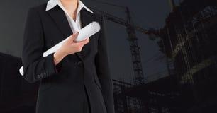 Architecture femelle tenant le modèle au chantier de construction Photographie stock libre de droits