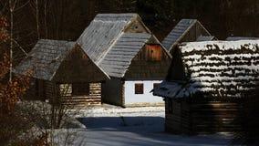 Architecture folklorique traditionnelle de village en hiver, Slovaquie Images stock