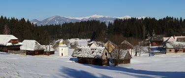 Architecture folklorique traditionnelle de village en hiver, Slovaquie Images libres de droits