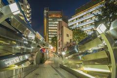 Architecture futuriste avec refléter et les panneaux en plastique bleus transparents pivotant dans le secteur de Shibuya dans la  image stock