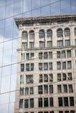 Architecture historique reflétant dans l'architecture moderne Photographie stock libre de droits