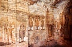 Architecture indienne de roche-coupe Mur découpé consacré aux chiffres vénérés du jaïnisme, en ville Badami, Inde image libre de droits